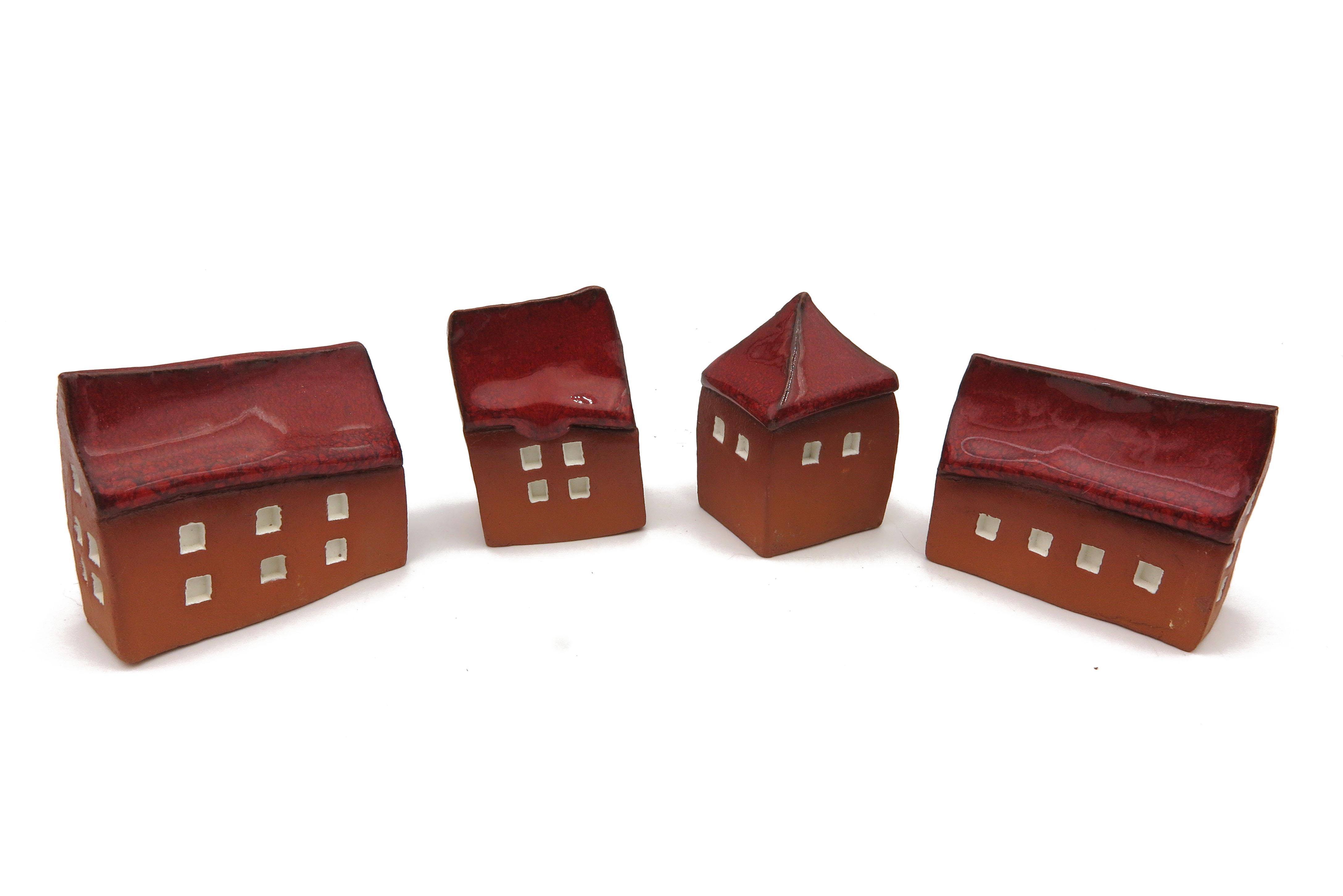 Schiefes Häuschen, 3 Weihnachtshäuschen 1 Türmchen rot/ M 5cm