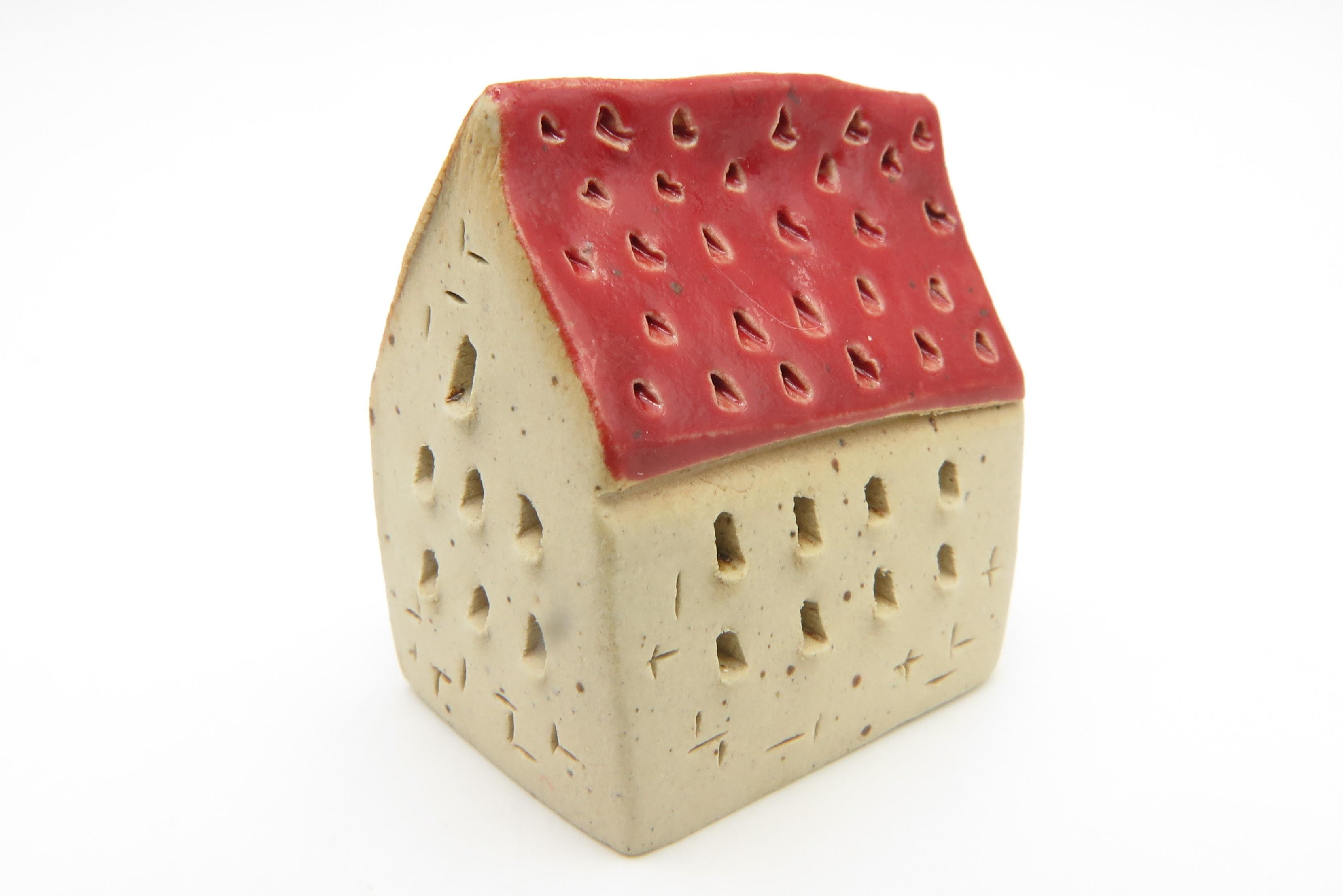 Schiefes Erdbeerhäuschen Rot Keramik/ S 3cm