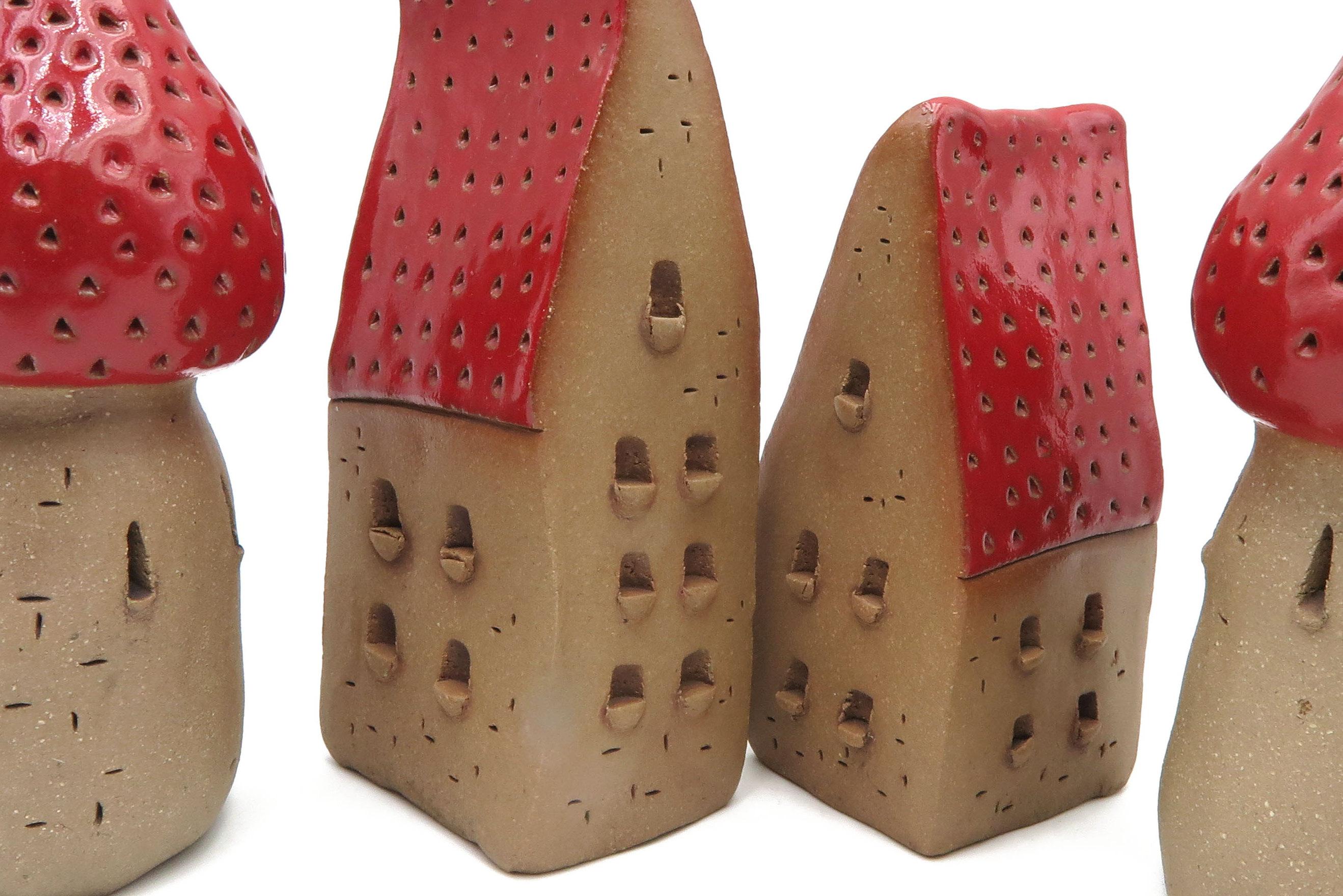 Schiefes Häuschen  Rot Insektenhotel/ L 12 cm